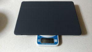 ipad pro10.5にカバーを付けた場合の重量を量っている写真